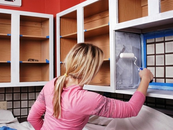 how-to-paint-the-kitchen-cabinets-apply-primer
